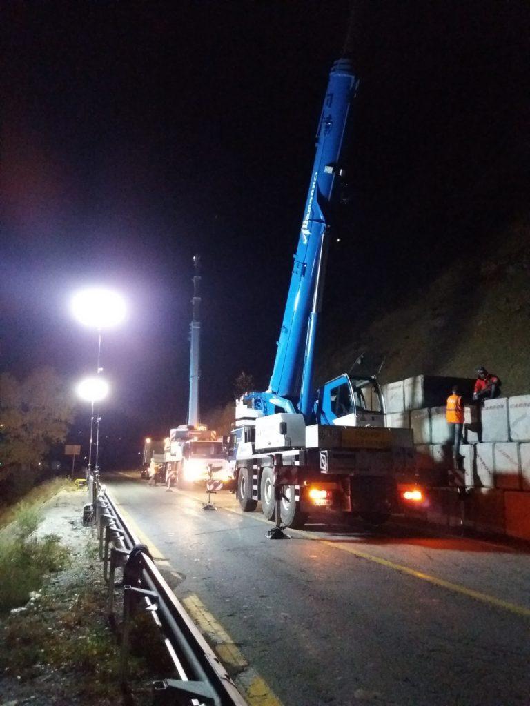 Chantier de nuit RN94 dépose des blocs béton de protection
