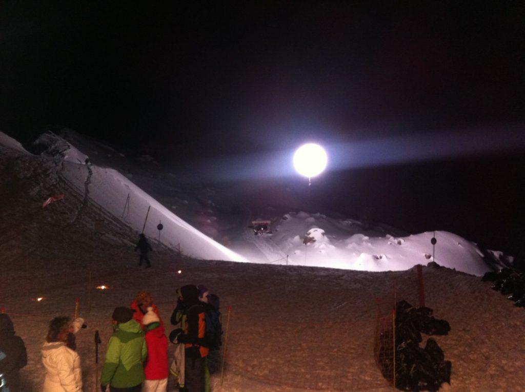 Ski de nuit avec ballon éclairant